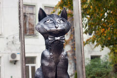 俄罗斯, ZELENOGRADSK - 2014年10月11日:典雅的猫雕塑  免版税库存照片