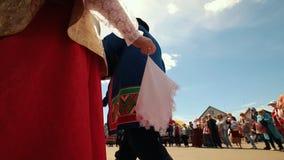 俄罗斯,Nikolskoe村庄,鞑靼斯坦共和国25-05-2019共和国:站立在前面的传统俄国衣裳的妇女 股票视频