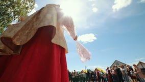 俄罗斯,Nikolskoe村庄,鞑靼斯坦共和国25-05-2019共和国:站立在前面的传统俄国衣裳的妇女 影视素材