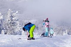 俄罗斯,Sheregesh 2018年 11 18明亮的体育的专业滑雪者 图库摄影