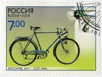 俄罗斯- 2008年:展示骑自行车ZiCh-1, 1946年,系列科学的纪念碑和技术,自行车 免版税库存图片