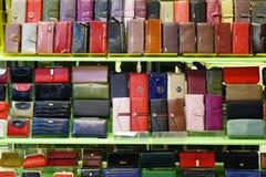 俄罗斯2 2018年1月 中心内部购物中心购物 在柜台的多彩多姿的钱包在商店 免版税库存照片