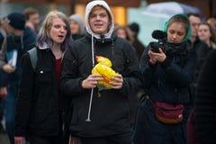 2017 - 俄罗斯10月7日,莫斯科:有玩具鸭子的青年人 库存图片