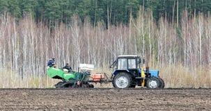 俄罗斯- 2017年5月10日:拖拉机的人们参与计划 免版税库存图片