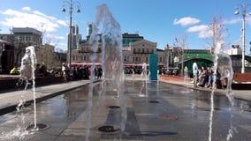 俄罗斯-莫斯科, 2018年6月12日:上色跳舞街道喷泉在城市的街道 浇灌舞蹈和变动它` s 股票录像