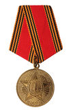 俄罗斯- 2005年:周年纪念奖牌60年胜利在巨大爱国战争被隔绝的1941-1945中在白色背景 免版税库存照片