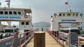 俄罗斯- 07/11/2016 :轮渡横穿向奥尔洪岛:运输轮渡-人和汽车,码头,海岸,海岛, co的运输 图库摄影