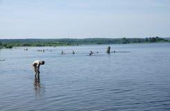 俄罗斯- Berezniki 7月18日:青年人跳进河在日落 库存照片