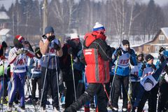 俄罗斯Berezniki 2018年3月11日:在novozhilovo的全俄国滑雪轨道许多参加者的 库存照片
