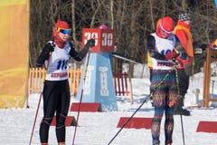俄罗斯Berezniki 2018年3月11日:挡雪板和滑雪者滑雪倾斜的 库存图片