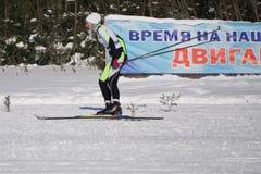 俄罗斯Berezniki 2018年3月11日:滑雪者在我们乘坐时间让` s移动 库存照片