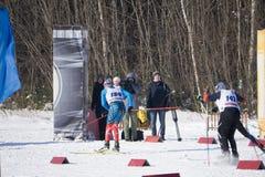 俄罗斯Berezniki 2018年3月11日:超级种族运动员在竞争中告诉体育家庭被完成当竞争海结束时 免版税库存图片