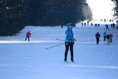俄罗斯Berezniki 3月11日在边界,因为人们滑雪, E附近的2018 体育的概念,家庭乐趣 库存照片