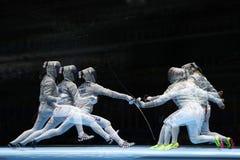 俄罗斯L的美国的Sofya Velikaya和玛丽埃尔・扎格尼斯在里约2016年奥运会的妇女` s马刀队竞争 库存图片