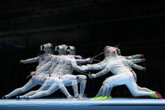 俄罗斯L的美国的Sofya Velikaya和玛丽埃尔・扎格尼斯在里约2016年奥运会的妇女` s马刀队竞争 库存照片