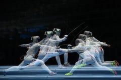 俄罗斯L的美国的Sofya Velikaya和玛丽埃尔・扎格尼斯在里约2016年奥运会的妇女` s马刀队竞争 免版税库存照片