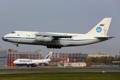 俄语空军队的安托诺夫An-124-100离开在伏努科沃国际机场的Ruslan RA-82039 免版税库存照片