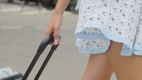 俏丽和性感的妇女的手和腿拉扯行李 影视素材
