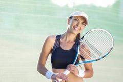 俏丽和愉快的年轻白种人女性网球员 免版税库存照片