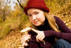 俏丽女孩的蘑菇 免版税库存照片