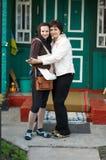 俏丽母亲和女儿画象拥抱 免版税库存图片
