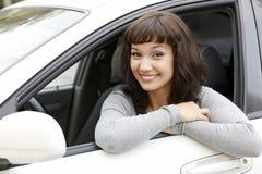 俏丽汽车的女孩 免版税库存照片