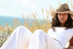 俏丽海滩的女孩 免版税库存图片