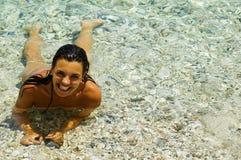 俏丽海滩的女孩 免版税图库摄影