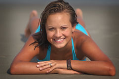 俏丽海滩的女孩 库存照片