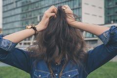 俏丽的与她的头发的女孩掩藏的面孔 免版税库存图片
