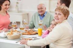 俏丽的亲戚在家吃午餐 免版税库存照片