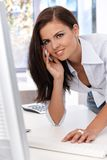 俏丽的办公室工作者联系在移动微笑 免版税图库摄影