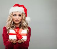 俏丽的圣诞节式样藏品白色圣诞节礼物盒 免版税库存照片
