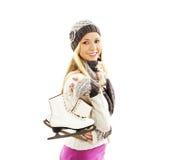 俏丽的在盖帽微笑的妇女滑冰的冬季体育活动 免版税库存照片