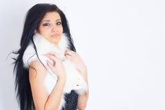 俏丽的女孩佩带的白色毛皮 免版税图库摄影