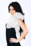 俏丽的女孩佩带的白色毛皮 库存图片