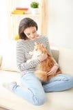 俏丽的女孩使用与她的宠物 库存图片