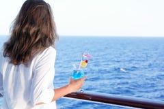 俏丽的女孩喜欢旅行在船 免版税库存图片