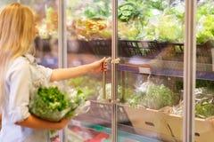 俏丽的女孩在水果市场上用各种各样的五颜六色的新鲜的水果和蔬菜 在倾吐的餐馆沙拉的主厨概念食物新鲜的厨房油橄榄 库存照片