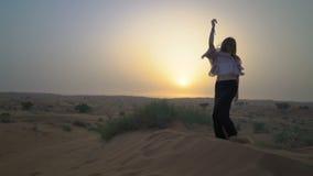 俏丽的女孩在沙漠跳舞 美丽的妇女跳舞在日落 慢的行动 影视素材