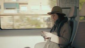 俏丽的女孩在火车旅行 股票录像