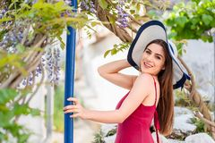 俏丽的女孩在田园诗希腊庭院里 库存照片