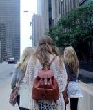 年轻俏丽的女孩在街市芝加哥 免版税库存图片