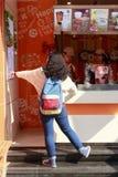 俏丽的女孩在选择饮料的商店 库存图片