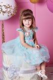 俏丽的女孩孩子在一件蓝色礼服的4岁 婴孩在蔷薇石英室装饰了假日 库存图片
