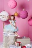 俏丽的女孩孩子在一件蓝色礼服的4岁 婴孩在蔷薇石英室装饰了假日 库存照片