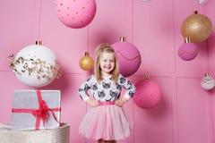 俏丽的女孩孩子在礼服的3岁 婴孩在蔷薇石英室装饰了假日 免版税库存图片