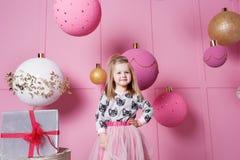 俏丽的女孩孩子在礼服的3岁 婴孩在蔷薇石英室装饰了假日 库存图片