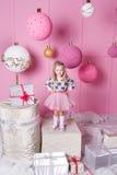 俏丽的女孩孩子在礼服的3岁 婴孩在蔷薇石英室装饰了假日 图库摄影