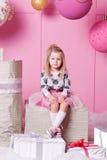 俏丽的女孩孩子在礼服的3岁 婴孩在蔷薇石英室装饰了假日 免版税图库摄影